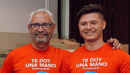 """En 2017 Guillermo Cabrera y su hijo Gerónimo crearon la ONG """"Te doy una mano"""". Al día de la fecha -cuentan- llevan entregadas más de 400 """"manos de juguetes"""" y porta sueros para niños que están internados o que reciben tratamiento de quimioterapia (@elchicodelasmanos)"""