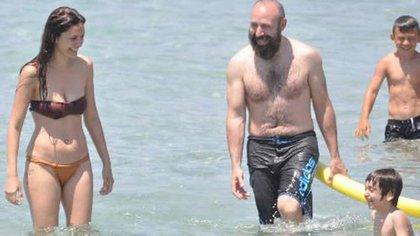 Halit y Bergüzar en la playa