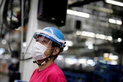 Una trabajadora en una fábrica de Mitsubishi Fuso Truck and Bus Corp., en Kawasaki, al sur de Tokio, en una foto tomada en mayo. (REUTERS/Issei Kato/archivo)