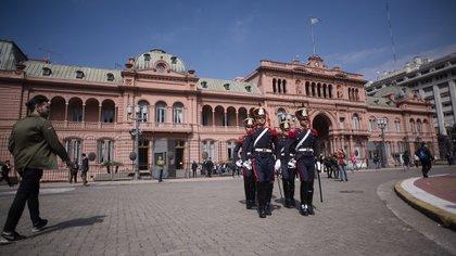 Los granaderos custodiando la Casa de Gobierno (Adrián Escandar)