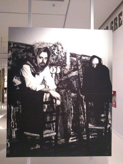 """Greco y Antonio Saura frente a la obra conjunta """"Crucifixión"""", en 1963. (Museo Reina Sofía)"""