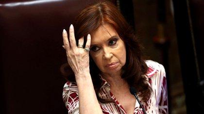Cristina Kirchner decidió prevenirse públicamente para que no queden dudas de que ella no piensa asumir responsabilidad de los errores del Gobierno (REUTERS/Agustin Marcarian)