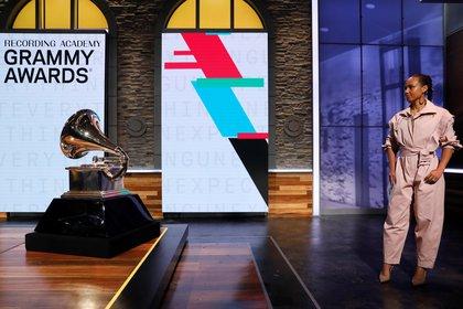 La cantante Alicia Keys espera fuera del escenario antes de anunciar las nominaciones para los Premios Grammy 2020 en una conferencia de prensa en Manhattan, Nueva York, EE.UU. el 20 de noviembre de 2019. REUTERS/Mike Segar