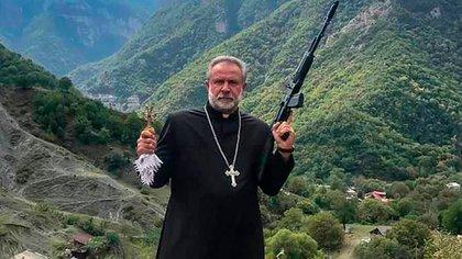 Hovhannés Hovhannisián, abad de Dadivank y párroco de Kalbajar, intenta salvar los objetos del monasterio de Dadivank antes de que la localidad pase a las autoridades azeríes el 15 de noviembre.