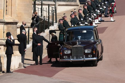 Camilla Parker, Duquesa de Cornwall, llega a la capilla de San Jorge en el Castillo de Windsor. Allí, la mujer del príncipe Carlos esperó la procesión de la que participaron solo los miembros más estrechos de la familia real