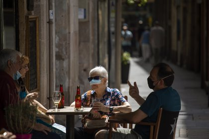 Un grupo de personas usando mascarillas para prevenir el coronavirus en Barcelona (AP Photo/Emilio Morenatti)