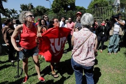 Hubo tensión afuera de la embajada (REUTERS/Sergio Moraes)