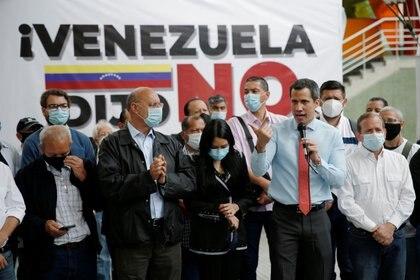 Juan Guaidó habla con la prensa un día después de las elecciones. REUTERS/Manaure Quintero