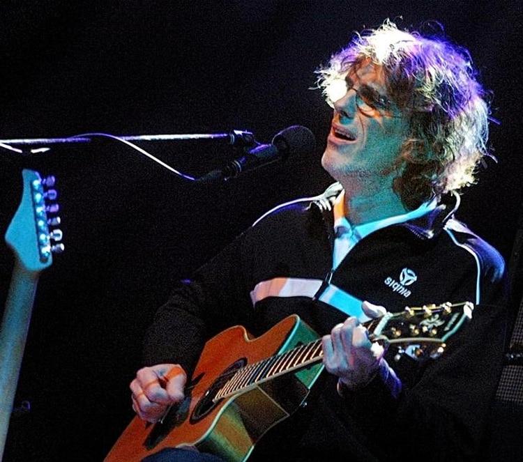 Foto de archivo del músico argentino Luis Alberto Spinetta en un show en Santiago de Chile. Abril 28, 2004. REUTERS/Str CB