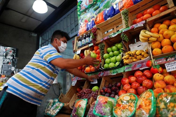 Los comercios que venden comida son algunos de los pocos que están abiertos (REUTERS/Agustin Marcarian)