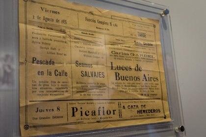 """Cartelera en la que anunciaban las funciones de la película """"Luces de Buenos Aires"""". (Martín Rosenzveig)"""