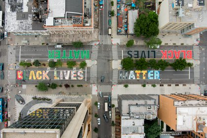 Una vista aérea de un mural de Black Lives Matter en Frederick Douglass Boulevard en el barrio de Harlem del distrito de Manhattan de Nueva York ( Alon Sicherman / REUTERS)
