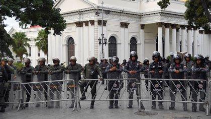 La Guardia Nacional en la Asamblea Nacional el domingo (Yuri CORTEZ / AFP)