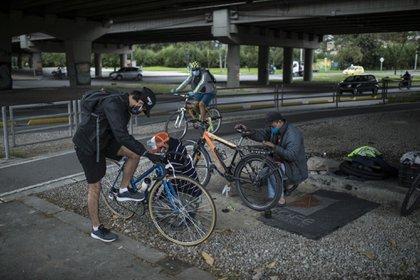 Han aparecido en la ciudad más mecánicos de bicicletas amedida que la cantidad de ciclistas en la carretera aumenta /Archivo Infobae