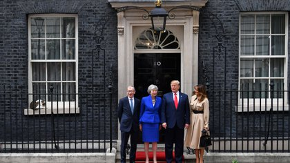 Larry el Gato se sienta en el alféizar de la ventana mientras la primera ministra de Gran Bretaña Theresa May y su esposo Philip May saludan al presidente de los Estados Unidos Donald Trump y a la primera dama Melania Trump (Reuters)