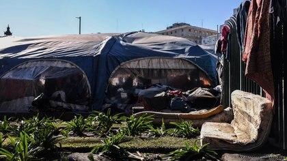 Los miembros de las comunidades viven sin luz, agua ni gas, en medio de mantas, colchones usados y bolsas de ropa apilada Adrián Escandar 162