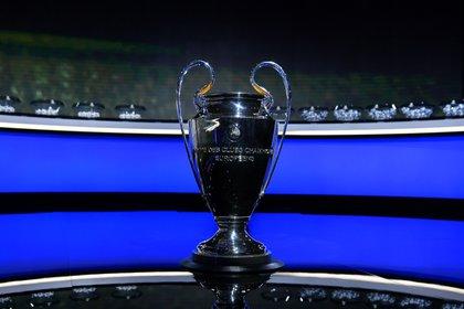 Los bombos y uno de los trofeos más preciados del planeta fútbol: la Champions League (UEFA Pool/Handout via REUTERS)