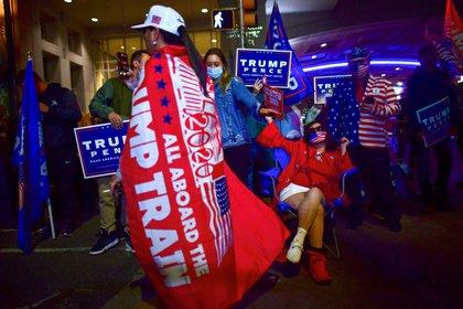 Seguidores de Trump a las afueras del Centro de Convenciones de Filadelfia (REUTERS/Mark Makela)