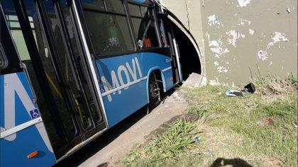 El colectivo se quedó trabado en el túnel horas después de que a un camión repartidor le ocurriera lo mismo (Rosario3.com)