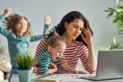 Incluso sin una pandemia, puede ser difícil equilibrar la crianza de los hijos con ser productivo en el trabajo (Shutterstock)