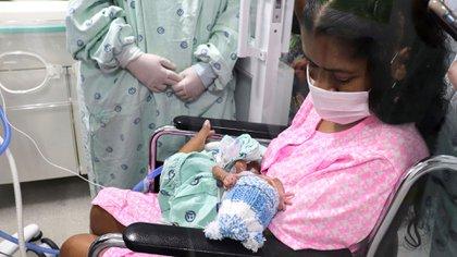 El bebé de Diana Paola Angola y Jefferson Riascos nació 14 semanas prematuro y es un caso notable para los médicos pues se recupera satisfactoriamente cuando la mayoría de casos de infectados en bebés gestantes terminan en muerte. (Photo by Luis ROBAYO / AFP)