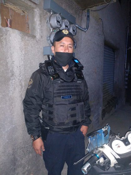 Un oficial junto a la motoneta presuntamente usada por dos asaltantes, pero que en realidad estaba descompuesta (Foto: Especial)