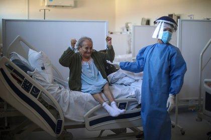 Blanca Ortiz, de 84 años, celebra que venció al COVID-19 en el hospital Eurnekian de Ezeiza (AP Photo/Natacha Pisarenko)