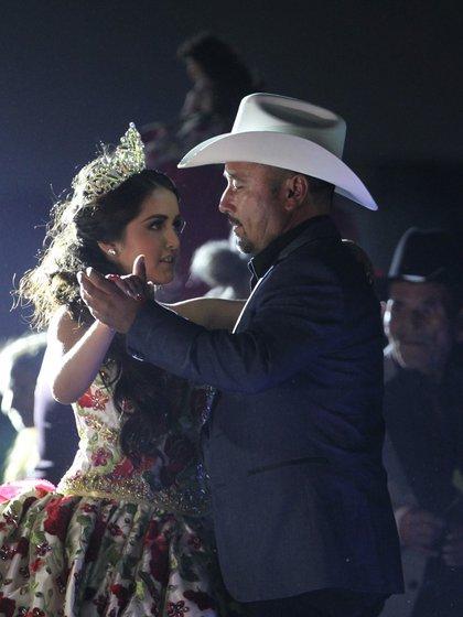 Rubí y su padre durante un baile (EFE)