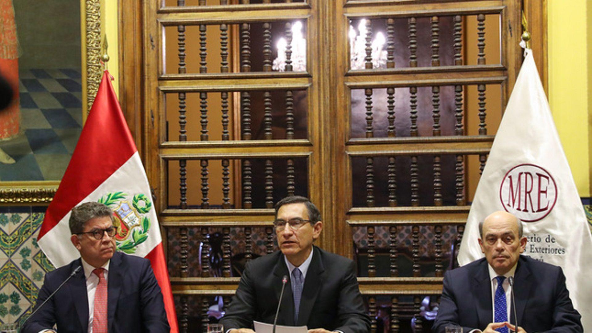 El presidente Martín Vizcarra, flanqueado por el canciller Gustavo Meza-Cuadra y el embajador Hugo de Zela