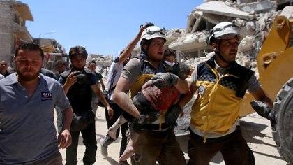 Imagen de las tareas de rescate tras un bombardeo en Idlib (AFP)