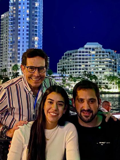 """Pepillo y sus amigos en la cantina """"La 20"""", en Miami (Foto: Instagram/juanjoseorigel)"""