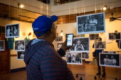 En la exposición hay fotos de la víctimas y mapas de los lugares donde ocurrieron los asesinatos (twitter)