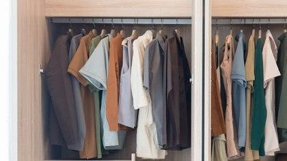 Un guardarropa de un hombre de 20 años no es elmismo que el de uno de 30. El hombre comienza a tener otras preocupaciones y debe empezar a cambiar el estilo de vestir (Getty Images)