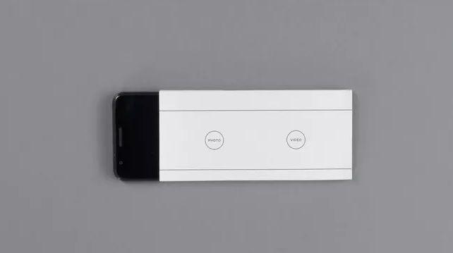"""Envelope """"convierte"""" al smartphone en un móvil que sólo permite hacer o recibir llamadas así como tomar fotos y videos que se verán una vez que se saque el dispositivo del sobre."""