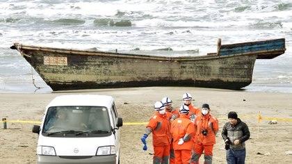 El precario bote de madera que apareció en una isla japonesa. En su interior solo había esqueletos (Reuters)