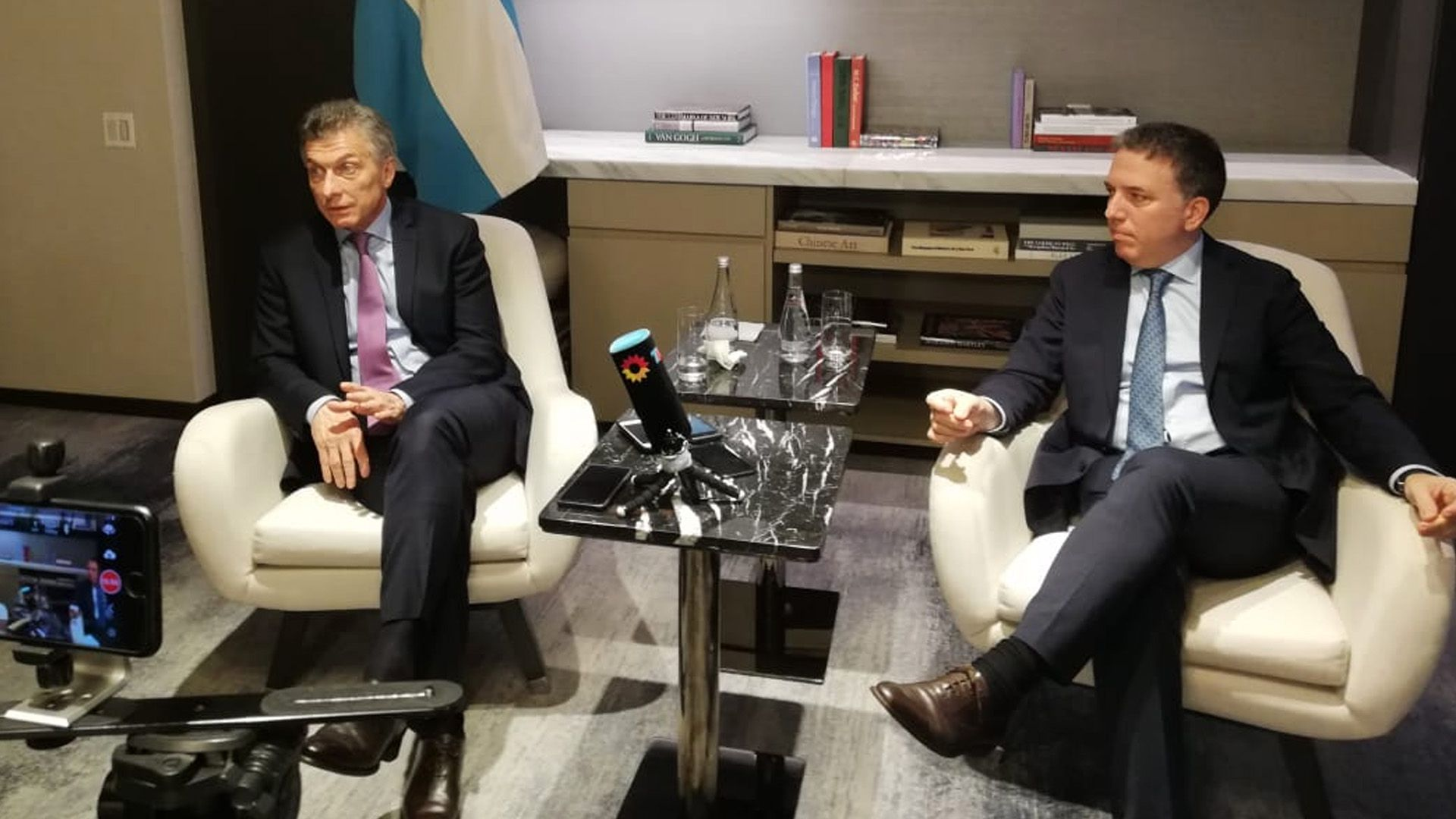 El presidente Macri junto a Nicolás Dujovne, su actual ministro de Hacienda que prepara un paquete de medidas para seducir a la clase media