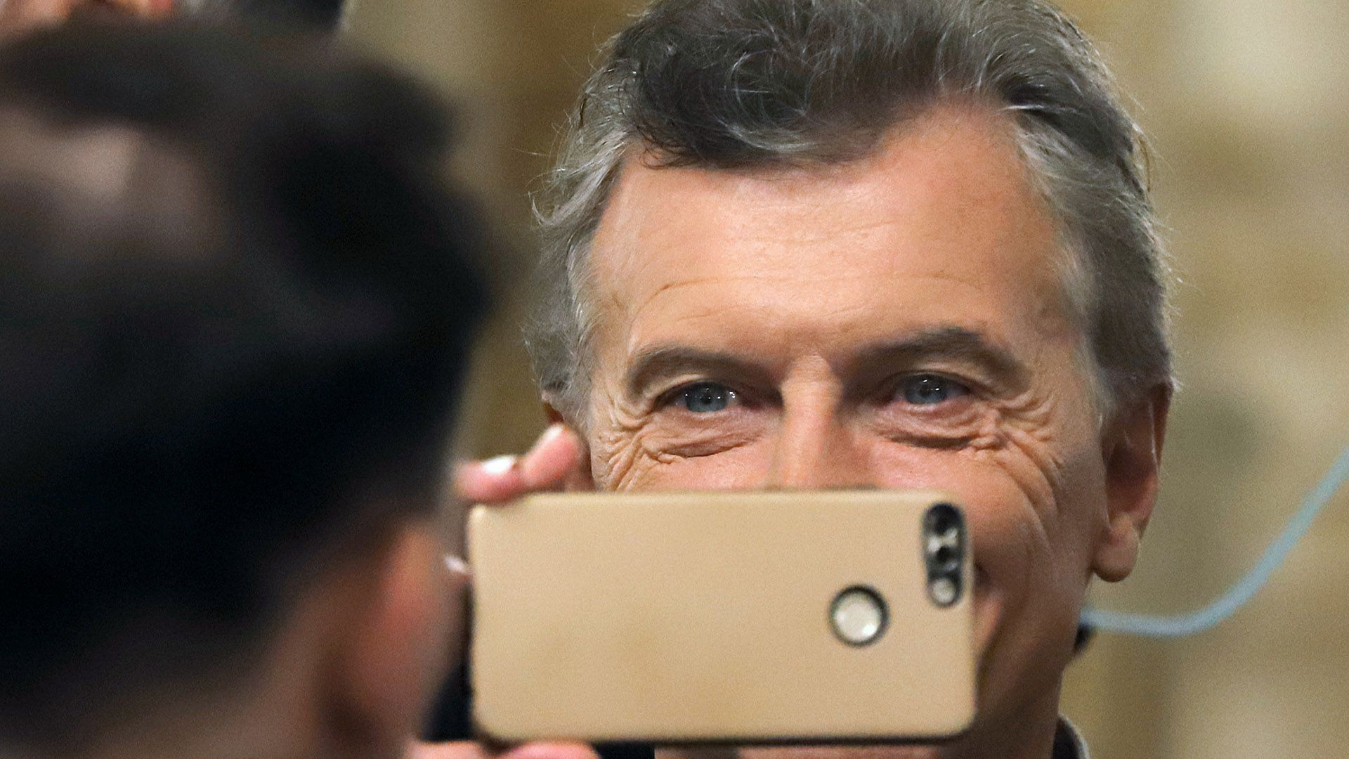El presidente Mauricio Macri y su celular: lo usa para sacar fotos y llamar a la Casa Blanca. Foto NA: Pablo Lasansky