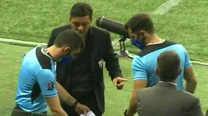 Marcelo Gallardo junto al cuarto árbitro Gustavo Tejera, una constante durante todo el partido