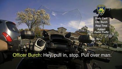 Cuando el sospechoso se percató de la presencia de las autoridades, inició una persecución. En su huida, el sujeto se impactó contra varios vehículos hasta que abruptamente se detuvo (Foto: YouTube/@FremontPoliceDept)