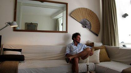 En el living de su departamento de Punta, decorado por él mismo. Uno de sus lugares en el mundo.