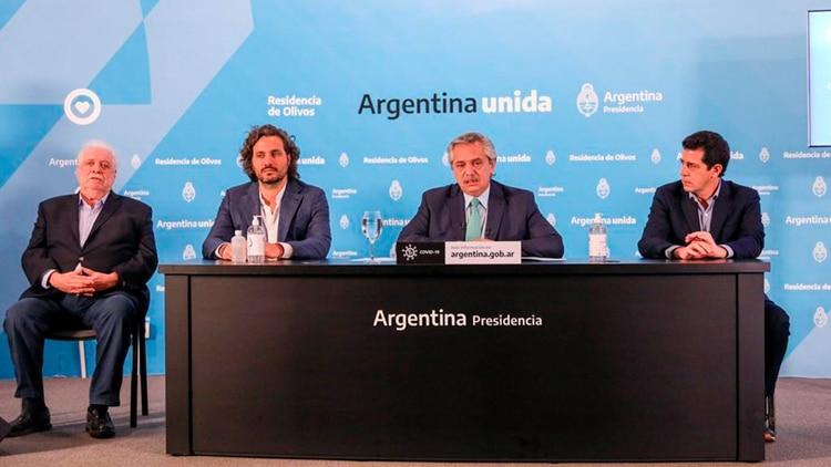 El Presidente estuvo acompañado por Ginés González García (ministro de Salud), Santiago Cafiero (jefe de Gabinete) y Eduardo de Pedro (ministro del Interior)