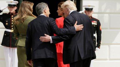 Las palmas de ambos en sus espaldas reflejan un acto que denota poder