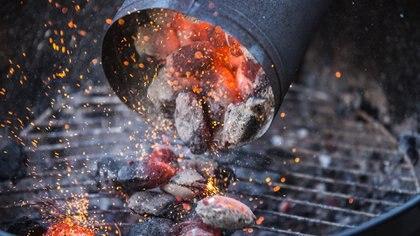 El carbón o la leña son dos mundos diferentes para hacer un asado, ambos aportarán sabores distintos a la carne (Getty Images)
