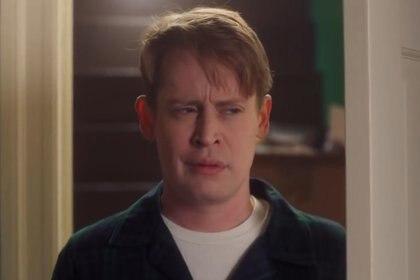 """El comercial comienza con Kevin despertando, diciendo: """"¿Mamá? ¿Papá?"""""""