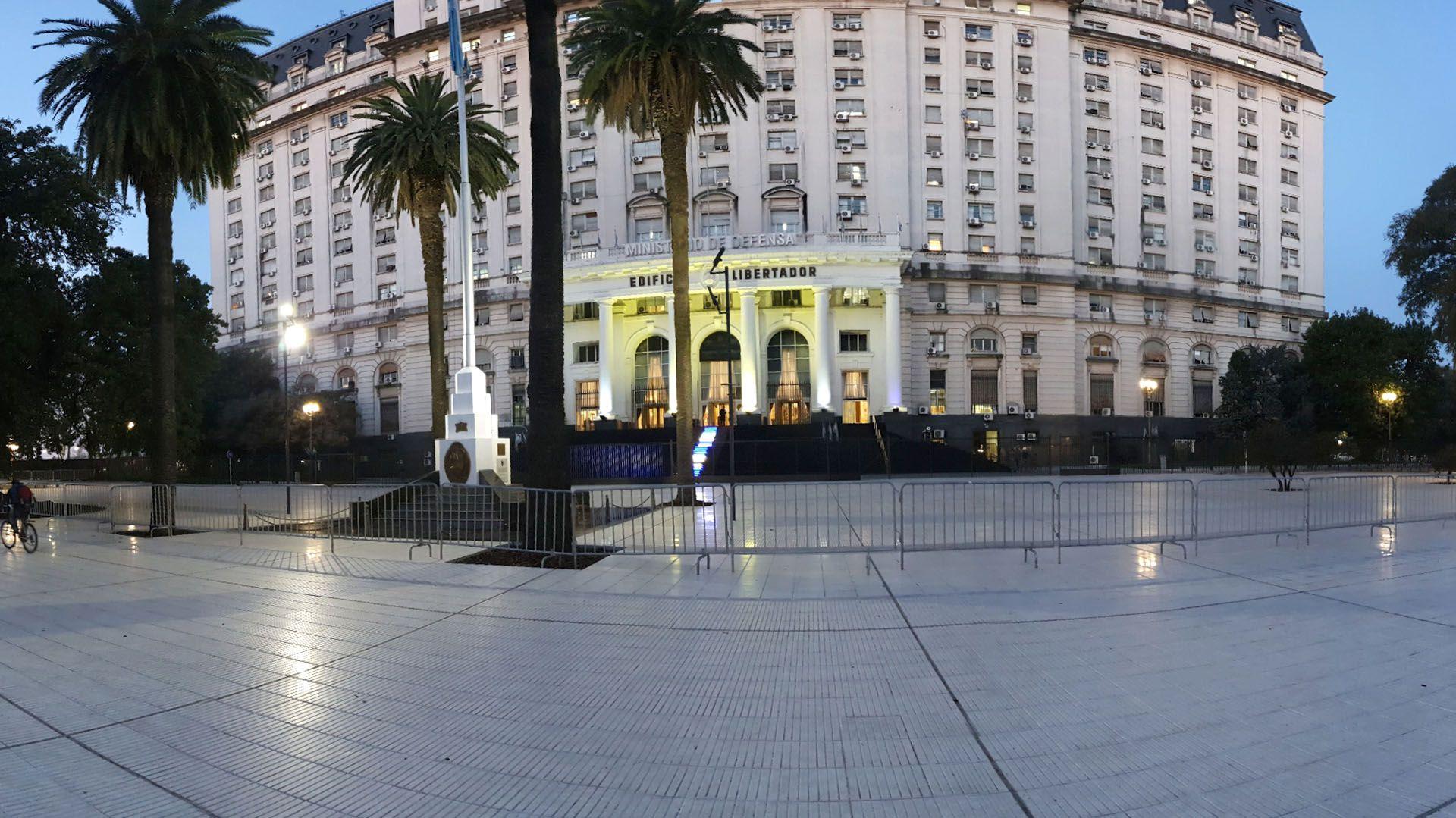 La sede del Ministerio de Defensa donde se llevó a cabo el Consejo General de Guerra contra 8 oficiales de la Armada Argentina