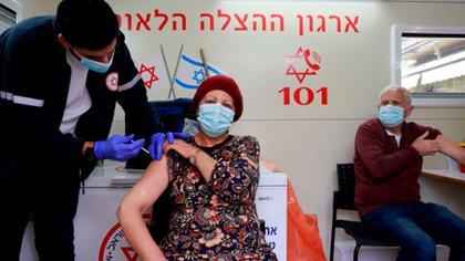La administración de la vacuna de Pfizer en un centro vacunatorio en Israel (Photo by MENAHEM KAHANA / AFP)
