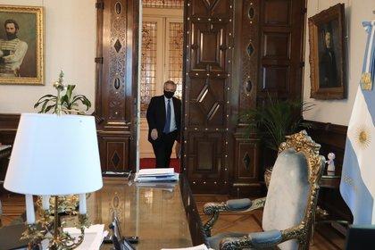 Alberto Fernández ingresando en su despacho de la Casa Rosada