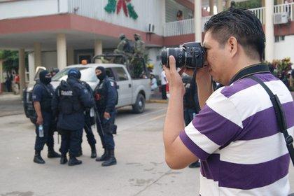 Desde el 2010 a la fecha, la cuota de sangre que debió pagar el periodismo es de 27 comunicadores asesinados (24 en Veracruz y 3 en otros estados) y seis desaparecidos, el vigésimo cuarto fue Julio Valdivia, muerto hace una semana. (Foto: EFE)