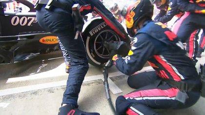 El momento en que los mecánicos de Red Bull cambian los neumáticos en tiempo récord