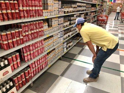 CIUDAD DE MEXICO, 03JUNIO2020.- Se reiniciaron las actividades en la industria cervecera, el abasto y la venta de este producto comenzó en tiendas y supermercados de la capital. Esto tras el inicio de la reactivación económica, después del paro por la emergencia sanitaria provocada por el virus  COVID-19. ROGELIO MORALES /CUARTOSCURO.COM